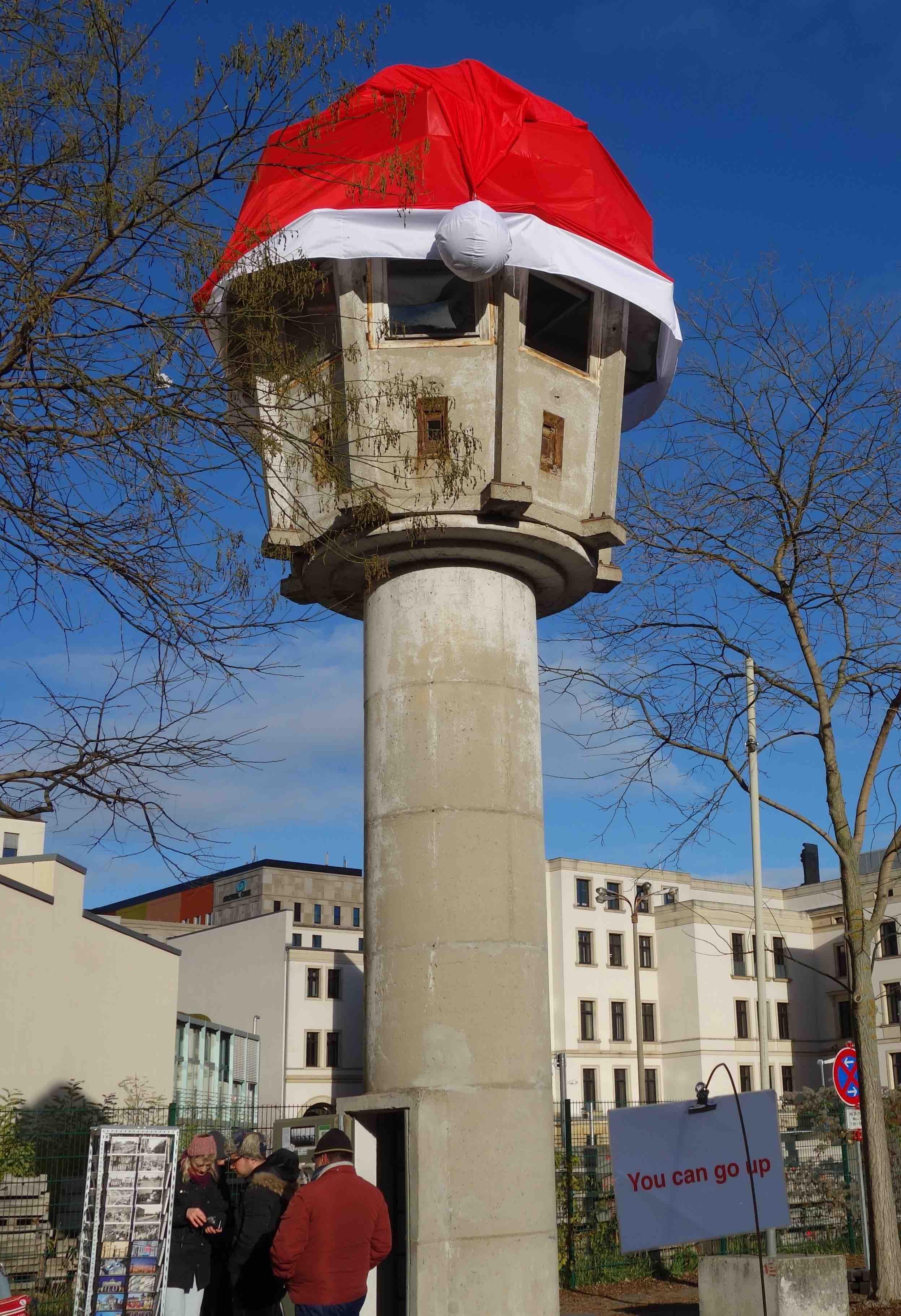 Turm mit Weihnachtsmütze